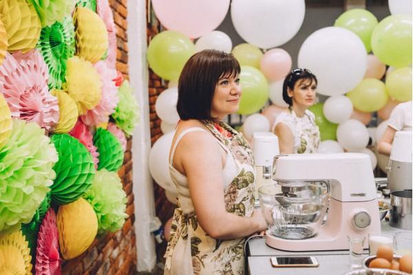 Кухонный фартук с цветочным орнаментом