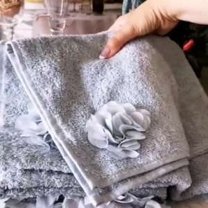 Полотенце банное с каймой в виде цветов