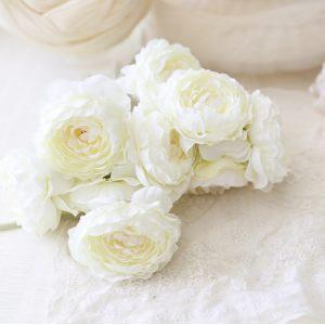 Искусственный цветок белый