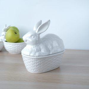 Белая шкатулка с крышкой-кроликом
